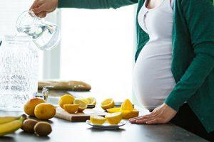 Boire de l'eau de citron pendant la grossesse. Est-ce sûr?